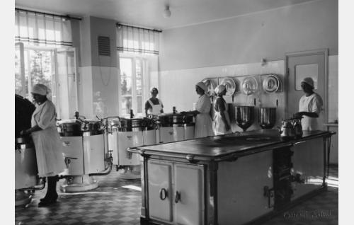 Elokuvan dokumentaarisissa jaksoissa esiteltiin myös parantolan uudenaikaisia keittiötiloja.