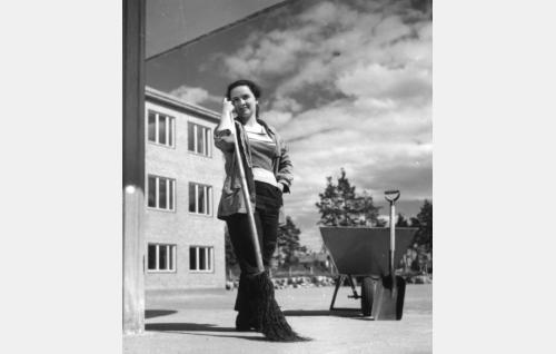 Irja Katriina Sassi, Neiti talonmies (Nelly Lovén).