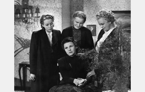 Istumassa Salli Karuna, muut vasemmalta Helena Kara, Emma Väänänen ja Eine Laine.