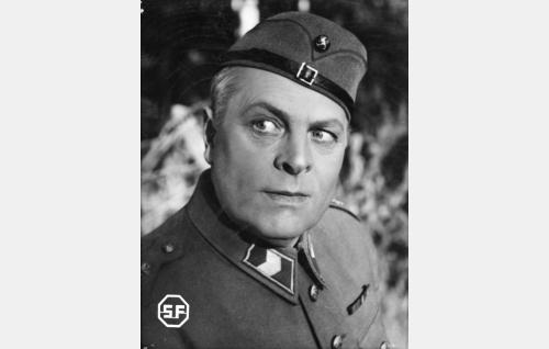 Vääpeli Ukko Perävalo (Toppo Elonperä).