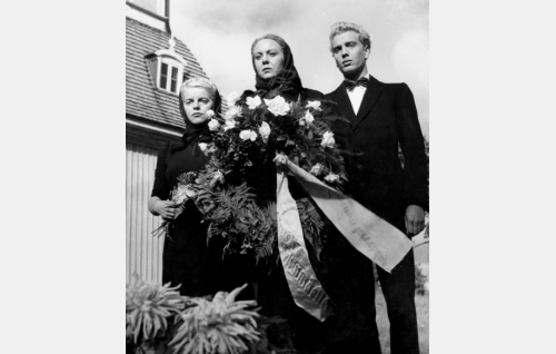 Akustin haudalla Aliina (Hillevi Lagerstam), Heta (Rauni Luoma) ja Jaakko (Martti Katajisto).