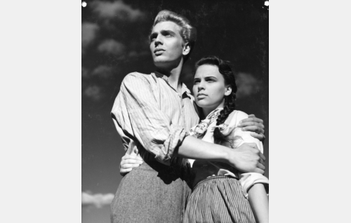 Jaakko (Martti Katajisto) ja Salmisen Marjatta (Leena Grönroos).