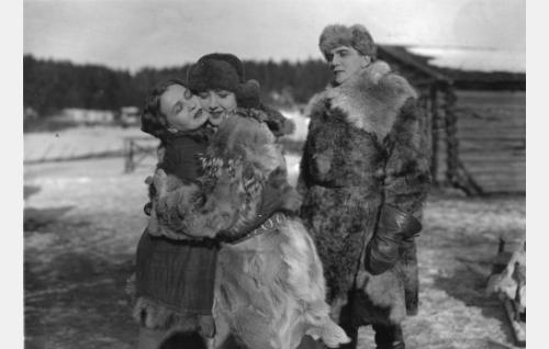 Utuniemen Simo (Einar Rinne) on tuonut morsiamensa Selman (Heidi Blåfield-Korhonen) tutustumaan tulevaan kotitaloonsa. Simon sokea sisar Elsa (Kaisa Leppänen, vas.) toivottaa Selman tervetulleeksi.