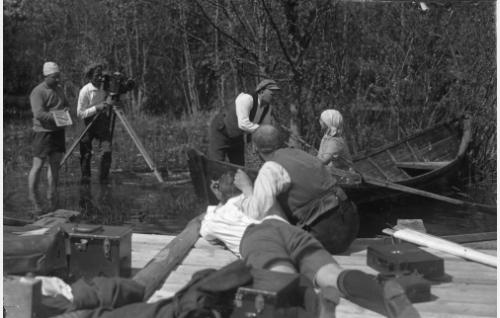 Dramaattista Selman väkisinmakuukohtausta valmistellaan. Teuvo Puro ohjaa Heidi Blåfield-Korhosta, kameran takana Frans Ekebom ja hänen vieressään klaffitaulu kädessään Armas Fredman.