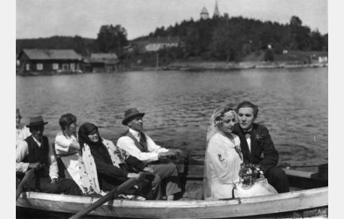 Simon (Einar Rinne) ja Selman (Heidi Blåfield-Korhonen) häät.