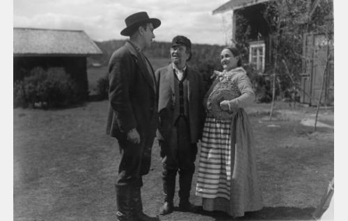 Utuniemen Simo (Einar Rinne) on lehmänhakumatkalla vaimonsa vanhempien (Hemmo Kallio ja Olga Leino) luona Rantamaulassa. Kohtaus kuvattiin Korpilahdella Hyrkkölän kylässä.