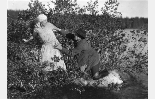 Paksu-Sakari (Yrjö Tuominen) käy Selman (Heidi Blåfield-Korhonen) kimppuun.