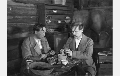 Laukkuryssät (Karl Fager ja Eero Kilpi) aterialla. Fager oli myös elokuvan lavastaja.
