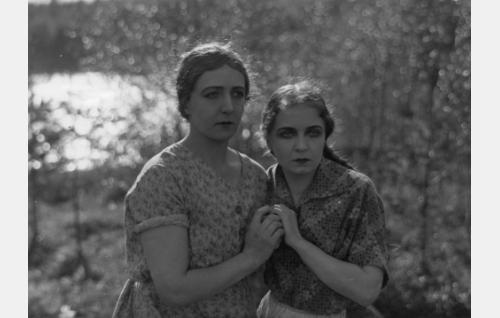 Selma (Heidi Blåfield-Korhonen) ja Elsa (Kaisa Leppänen).