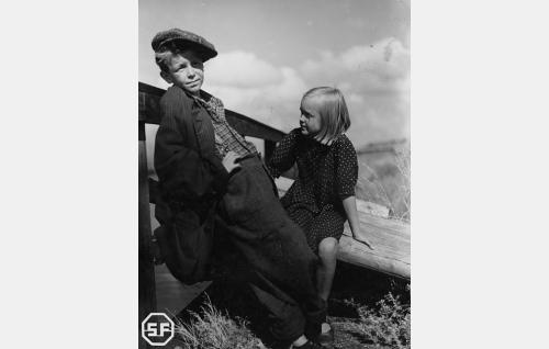 Risto (Veli-Matti) ja Liisa (Pikku Ritva).
