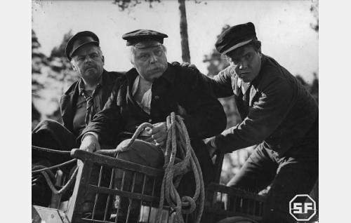 Merimies Niko Järvelä, Jaanan isä (Yrjö Tuominen) seurassaan Eskon eno Sakeri (Toppo Elonperä) ja veli Iivari (Oke Tuuri).