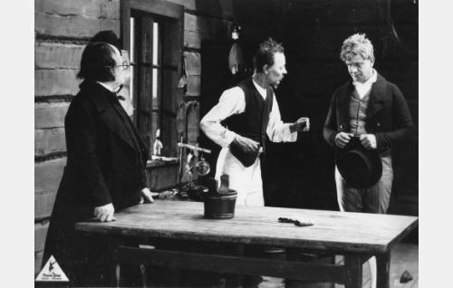 Esko (Axel Slangus, oik.) haluaisi oman puumerkkinsä naimalupakirjaansa kanttorin (Adolf Lindfors) ja isänsä Topiaksen (Alarik Korhonen) vastustuksesta huolimatta.