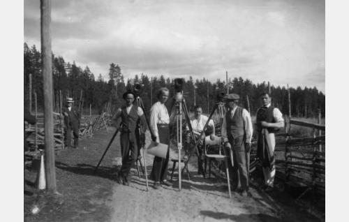Kuvausta kolmella kameralla Lopen Pilpalassa. Keskellä seisoo käsikirjoitus kädessään ohjaaja Erkki Karu, jonka oikealla puolella jalka jakkaralla kuvaaja Kurt Jäger ja hänestä oikealle  lavastaja Carl Fager. Karun vasemmalla puolen seisoo toinen kuvaaja Frans Ekebom.