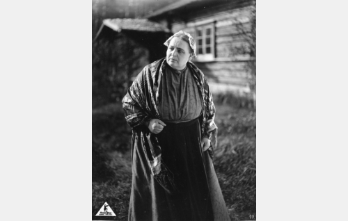 Nummisuutarin tuikea vaimo Martta (Kirsti Suonio).