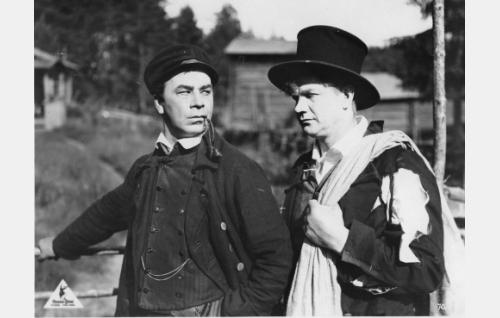 Mikko Vilkastus (Aku Käyhkö) ja Esko (Axel Slangus) poistuvat Karrista epäonnisen kosioretken masentamina.