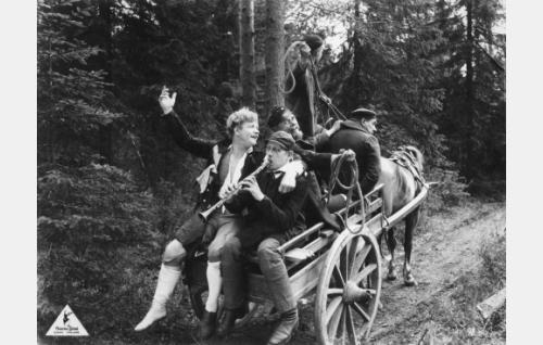 Nummisuutarin Eskon kotiinpaluu. Rattailla Esko (Axel Slangus), klarinettia soitteleva kraatari Antres (Martti Tuukka), eno Sakeri (Kaarlo Kari), kyytipoikana Iivari (Antero Suonio) ja köysissä Järvelän Niko (Juho Puls).