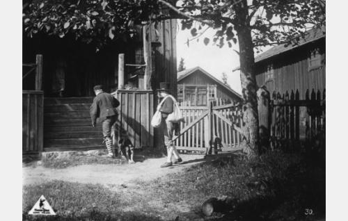 Loppi, Pilpala, Hyrryn pehtoorin talo, oikealla ratasaitta, taustalla talli