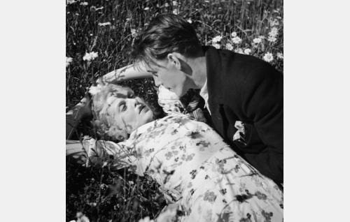 Silja (Regina Linnanheimo) ja Oskari (Kille Oksanen).