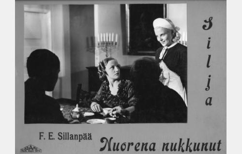 Laura (Rakel Leino) ja Silja (Regina Linnanheimo), etualalla selin Armas (Otso Pera) ja professori (Kaarlo Veres).