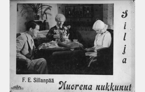 Armas (Otso Pera) ja Silja (Regina Linnanheimo) Sofia-tädin (Elli Ylimaa) vieraina.
