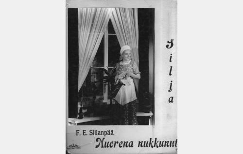 Silja (Regina Linnanheimo) professorin sisäkkönä.