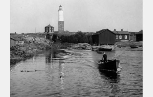 Joel Rinne poistuu veneellä Rönnskärin satamasta.