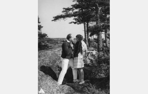 Taiteilija Viklund (Sven Hildén) yrittää viettellä Annikkia (Lillan Järnefelt). Rooli jäi Sven Hildénin viimeiseksi, hän kuoli vuonna 1934.