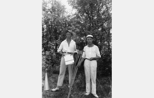 Ohjaaja Erkki Karu ja kuvaaja Eino Kari kesällä 1927 kuvauksissa.