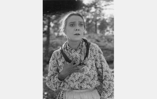 Annikin äiti (Lilli Sairio). Myöhemmin Lilli Sairio avioitui Toivo Suonpään kanssa.