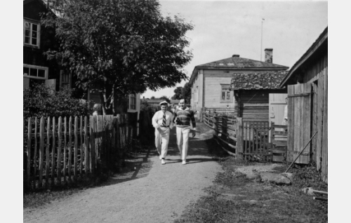 Paavo Costiander ja Sven Hildén. Kuvauspaikkana Suursaari.