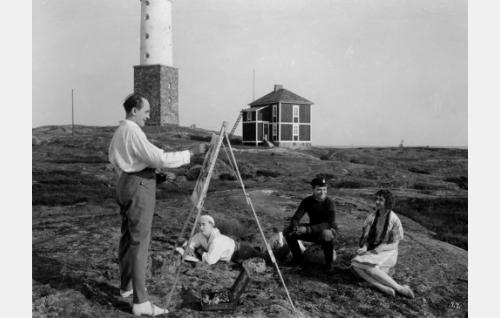 Taiteilija Viklund (Sven Hildén) maalaa Annikin ( Lillan Järnefelt) muotokuvaa. Yleisönä Viklundin kanssa lomaileva ylioppilas Kanerva (Paavo Costiander) ja saaren asukas, luotsi Akseli Rasi (Toivo Suonpää). Taustalla Rönnskärin majakka.