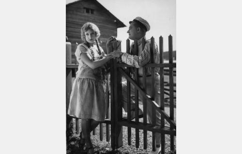 Maiju (Ellen Sylvin) ja majakkasaaren kesävieras, ylioppilas Kanerva (Paavo Costiander).