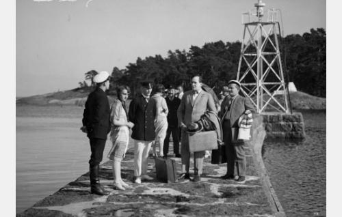 Taiteilija Viklund (Sven Hildén)  ja ylioppilas Kanerva (Paavo Costiander) saapuvat saarelle kesävieraiksi.
