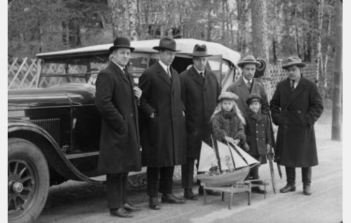 Annikin ja Eeron lapsuusmuistoja valmistaudutaan kuvaamaan. Toinen vasemmalta ohjaaja Erkki Karu, oikealla kuvausapulainen Armas Fredman ja hänen vieressään kuvaaja Eino Kari, jonka edessä pikku-Annikin esittäjä, ohjaajan tytär Sinikka Karu. Muut henkilöt ovat tunnistamattomia.