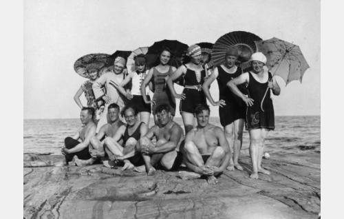 Näyttelijöitä ja kuvausryhmää uimatauolla todennäköisesti Kirkkonummen Porkkalan Järvössä. Naisista toinen vasemmalta on Martta Hannula ja keskimmäinen Lilli Sairio. Miehistä äärimäisenä vasemmalla on Toivo Suonpää, kolmentena vasemmalta Sven Hildén, jonka oikealla puolella on Armas Fredman.