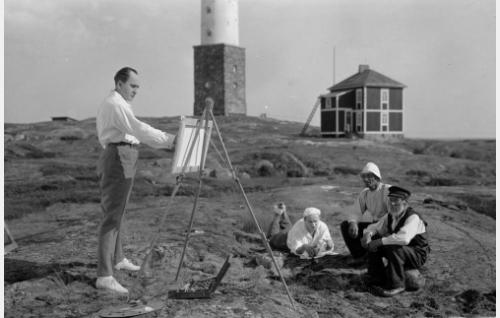 Taiteilija Viklund (Sven Hildén) maalaamassa.