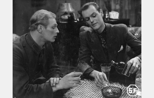 Vilho Raimola  (Topi Ruuth) ja Alf Randell (Leif Wager).
