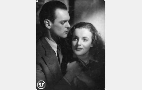 Alf Randell (Leif Wager) ja Irmeli Fridell (Ruth Luoma-aho).
