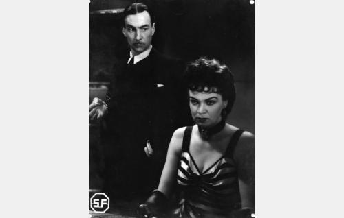 Mänty (Ville Salminen) ja Madame Lilly Labert (Enni Rekola).