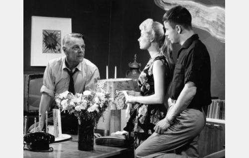 Valenti Vaala (vas.) ohjaa Anneli Haahdenmaata ja Rami Sarmastoa studiossa.