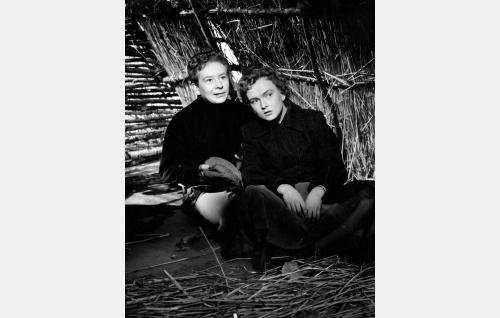 Lennu Jaatikainen (Lasse Pöysti) ja Päivi Junkkeri (Elina Pohjanpää).