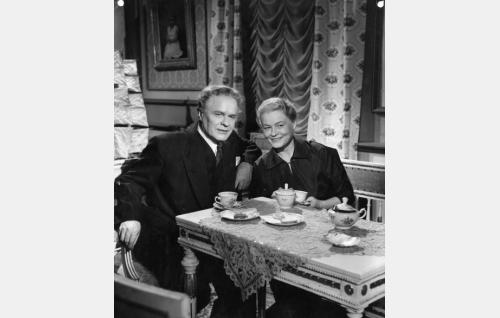 Jari (Eino Kaipainen) ja Helena Junkkeri (Emma Väänänen).