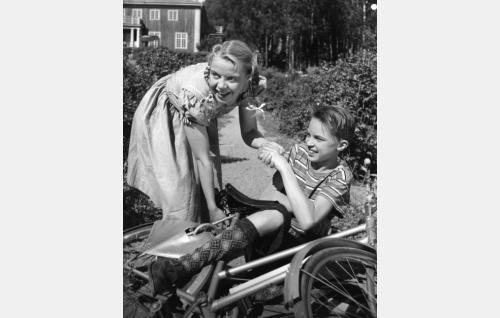 Leena Järvelä (Aino-Maija Tikkanen) ja Antti Kajava (Pekka Sinisalo) 13-vuotiaina.