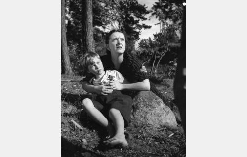 6-vuotias Antti (Nikke Kuitunen) ja hänen äitinsä (Pia Hattara).