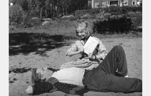 Veijo Pasanen ja Aino-Maija Tikkanen.