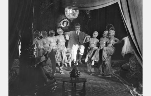 Salomon (Paavo Jännes) tanssii unessaan haaremin kaunotarten kanssa. Tanssijattaret ja haaremia vartioiva eunukki ovat tunnistamatta.