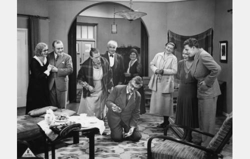 Elokuvan loppukohtaus, jossa juonet ja väärinkäsitykset on selvitetty: vasemmalta kihlapari Aili (Kaisu Leppänen) ja Martti (Rurik Ekroos), Manta (Mimmi Lähteenoja), rovasti (Emil Lindh) ja ruustinna Hallavuo (Olga Leino), Salomon  (Paavo Jännes), Helvin äiti (Agnes Lindh) sekä toinen kihlapari Helvi  (Birgit Kronström) ja Arvi (Joel Rinne).