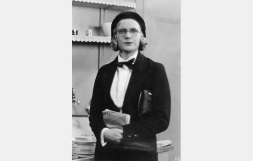Filosofian maisteri Aili Viheroja (Kaisu Leppänen).