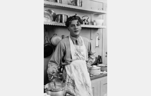 Arvi Halmeheimo (Joel Rinne) on joutunut keittiövuoroon. Rinne esitti samaa roolia myös vuoden 1938 elokuvasovituksessa.