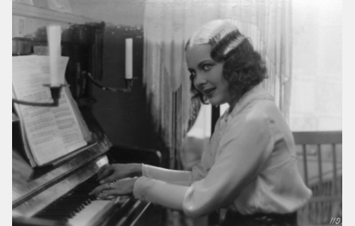 musiikkiopistolainen Helvi Heinonen (Birgit Kronström)